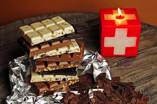 """Популярността на швейцарския шоколад няма граници. Благодарение на високите стандарти на производство и използването само на естествени съставки той заслужено е спечелил международна репутация за качество. Невъзможно е да посетите Конфедерацията и да не опитате парченце от тази """"храна на боговете"""". Въпреки че Швейцария не е родината на шоколада, той се е превърнал в истински символ на страната. Затова хората с основание си задават въпроса: защо е различен швейцарският шоколад? История на шоколада Произходът на суровините за шоколада трябва да се търси в древността, ама този път става въпрос за наистина дълбока древност. Разкопки показват, че още около 2000 години преди новата ера хората, живеещи на територията на днешната държава Мексико, са познавали какаото. По-късно цивилизациите на маите и ацтеките открили свойствата на какаото и започнали да си приготвят ободряваща напитка от него. Тя била толкова почитана, че дори била пренасяна в дар на боговете. Запазени до днес рисунки и фрески доказват огромното значение на какаото в културата им. Маите започнали да отглеждат какаовите дървета, които пренесли от гората в своите територии, а консумирането на специалната напитка била привилегия за жреците, войните и търговците. Останалите жители можели да й се насладят само по специален повод. През 16 век испанският конквистадор Ернан Кортес се заинтересувал от кулинарното изобретение на местното население и през 1528 г. донася какаови зърна, заедно с рецепта за приготвяне на напитката в Испания. Това все още не означава, че европейците от онова време познавали вкуса на шоколада. Въпреки че испанците харесали напитката на маите, на останалите жители на Европа не им допаднала в този вид. През 1615 г. дъщерята на испанския крал Анна се омъжва за краля на Франция Луи XIII. Новата кралица веднага придала френско благородство на шоколадова напитка. Жителите на Франция искали да я подсладят и затова започнали да добавят захар. Впрочем, именно Франция става люлката на популярността"""